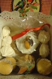 la cajita llena de dulces, algunos empaquetados