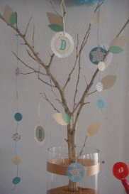adorno de mesa, con colgantes en los colores de la mesa