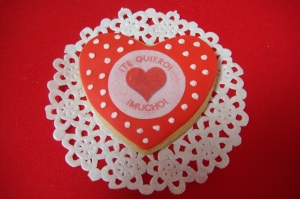 corazon decorado con fondant y oblea comestible